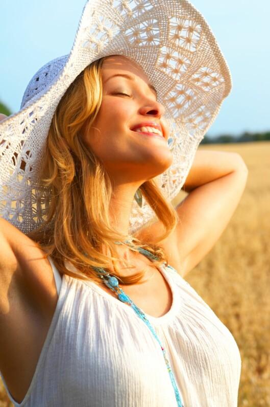 BESKYTT HÅRET: En stor solhatt bidrar til å beskytte håret mot sola, men det er ikke det eneste du bør gjøre i sommer. Hvordan du styler håret, hvilke produkter du bruker og når du bruker dem har også mye å si. Foto: Thinkstock