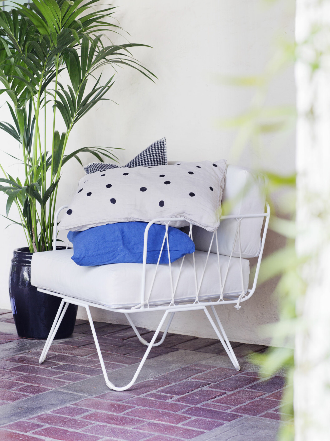 HANDLELISTE: Puten er del av sengesett fra hm.no (kr 499). Hvit stol, Serax fra countrychic.no (kr 4898), blå linpute, (kr 425) og ullpute i hundetannmønster (kr 525), begge fra bolina.no.  Foto: Yvonne Wilhelmsen