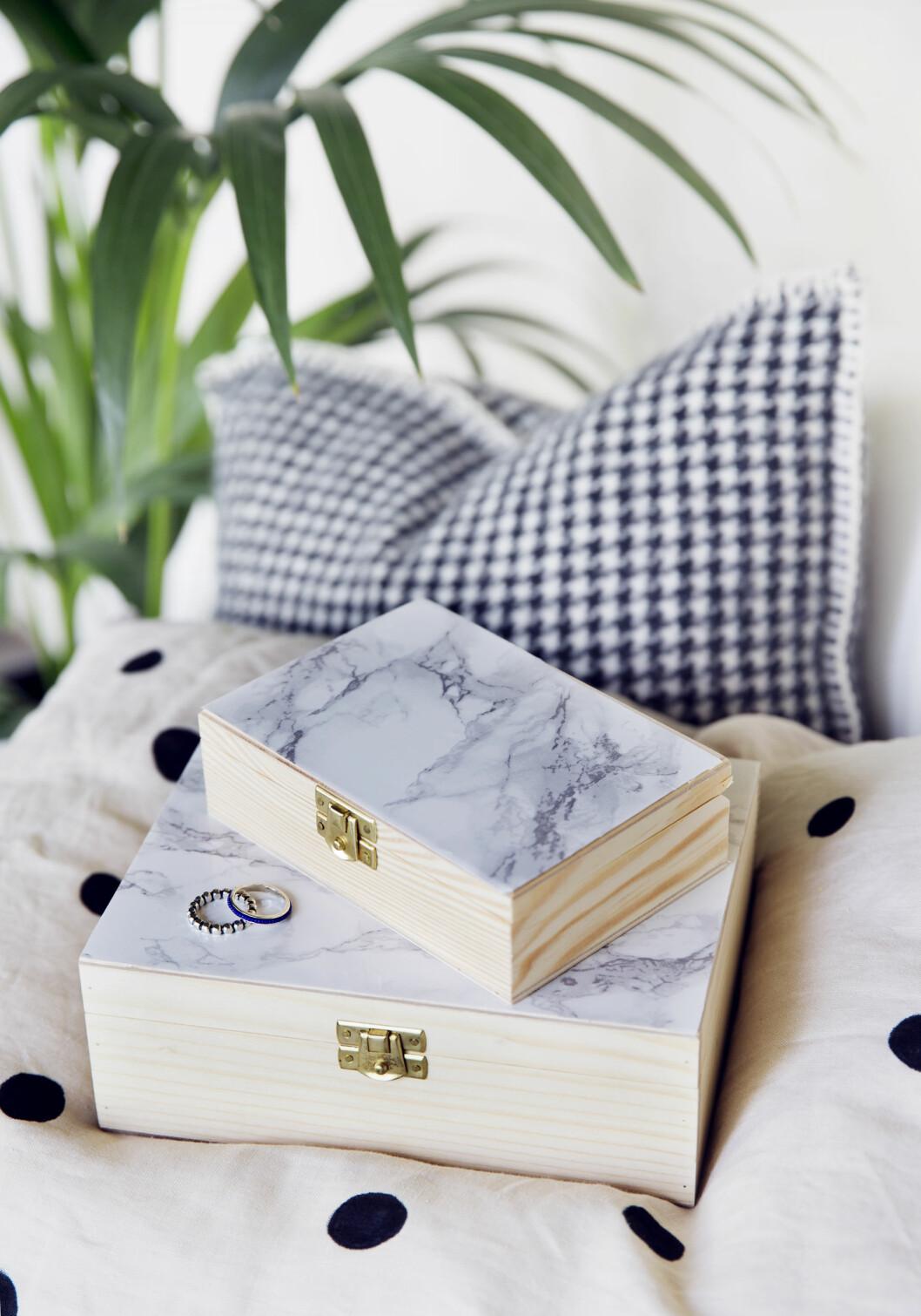 HANDLELISTE: Skrin (kr 49 og 59), rull med marmorfolie (kr 79), alt fra pandurohobby.no. Puten, en del av et sengesett fra hm.no (kr 499), har fått prikker påmalt med tekstilmaling. Foto: Yvonne Wilhelmsen
