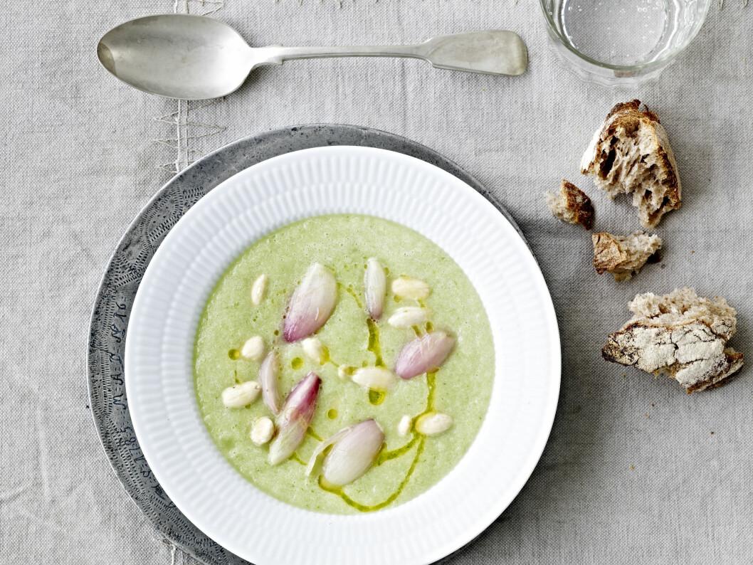 GLED DEG: Den syrlige løken er en herlig kontrast til den søtlige suppen. Foto: All Over Press