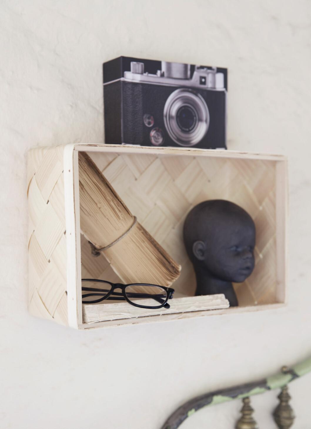 HANDLELISTE: Trekurv festet på veggen, pandurohobby.no ( kr 39),  sort hode, bolina.no  (kr  799), kameraalbum, tgr-stores.no (kr 10). Foto: Yvonne Wilhelmsen