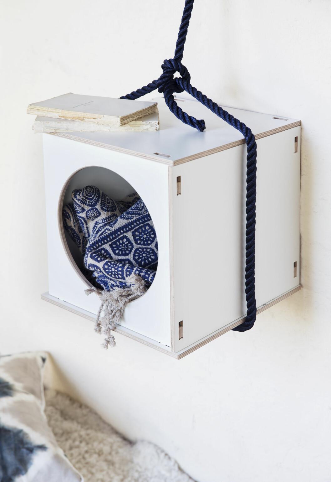HANDLELISTE: Denne boksen fra bolina.no kan også stables (kr 699) www.bolina.no). Henges opp med et fint tau fra jernia.no. Blått teppe fra verketinteriør.no (kr 1200). Foto: Yvonne Wilhelmsen