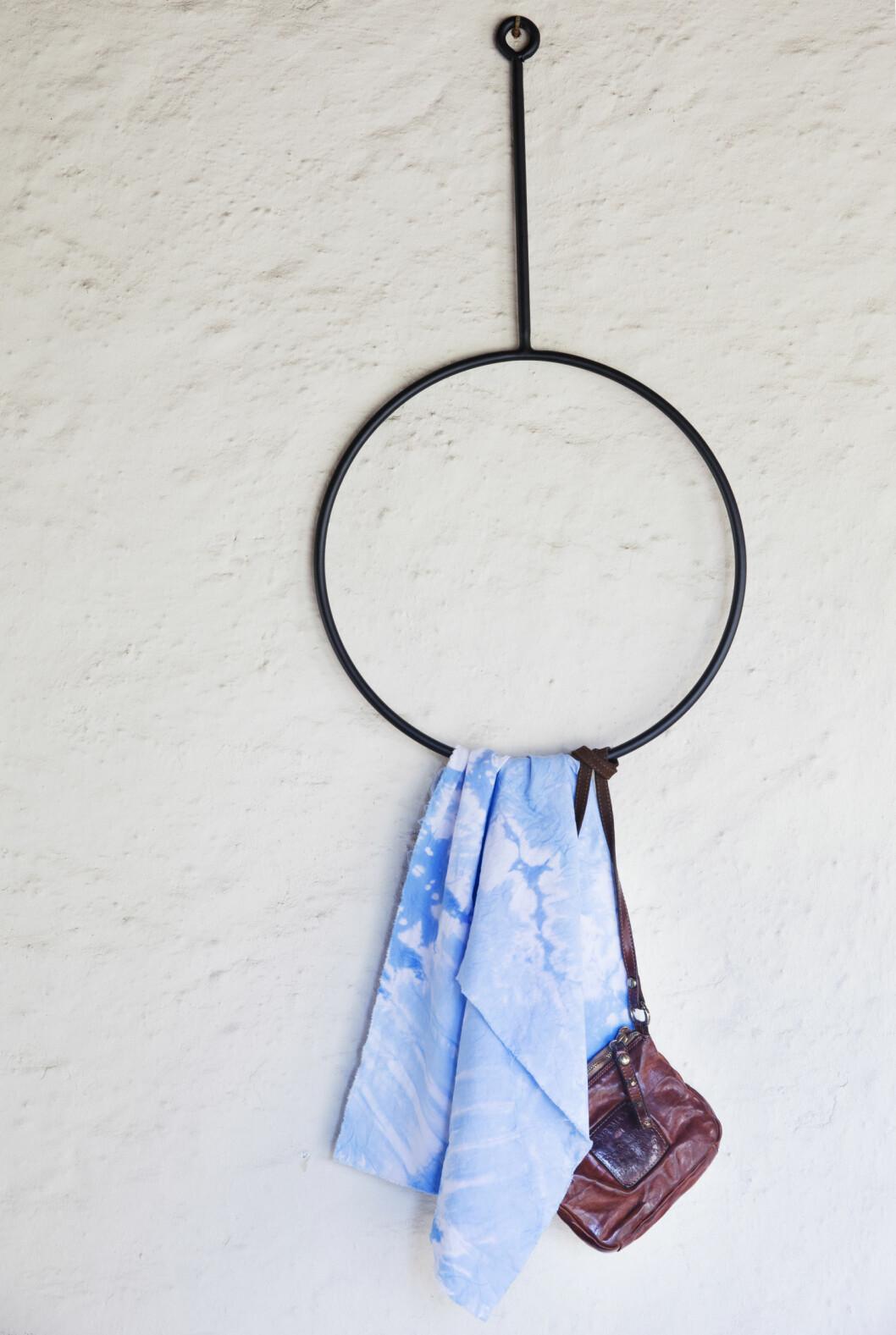 HANDLELISTE: Skinnveske fra Campomaggio, privat. Den kule jernkleshengeren er fra AnnaLeena, kjøpt på kollektedby.no (kr 2250).  Foto: Yvonne Wilhelmsen
