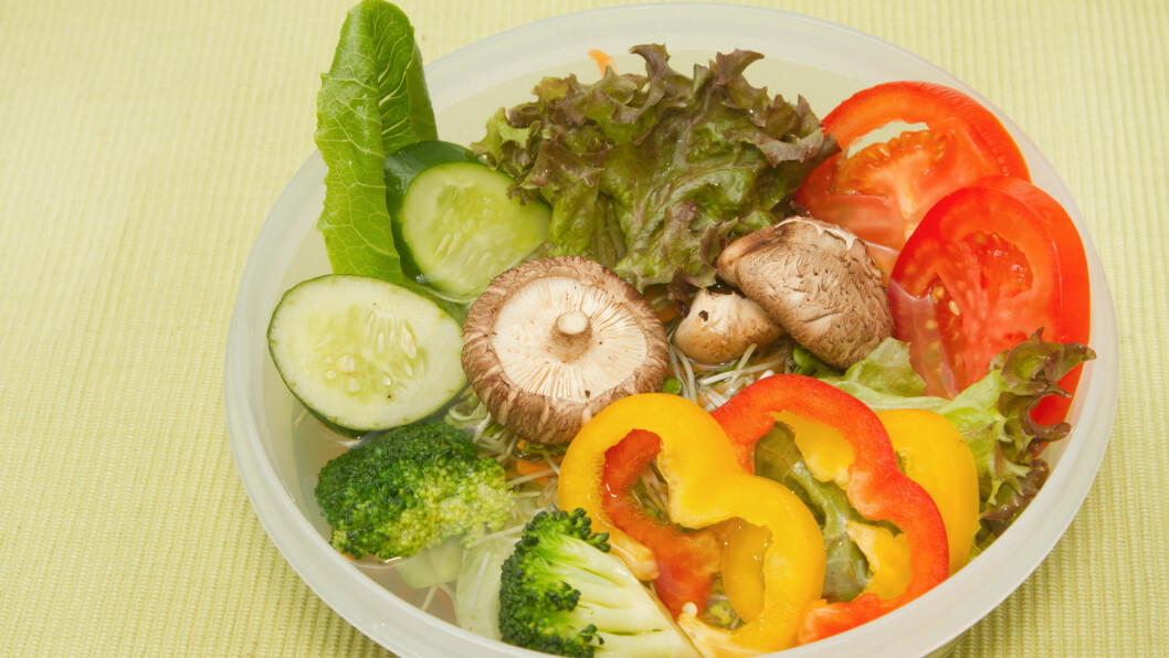 LEGG I VANN FØR GRILLING: Legger du grønnsakene i kaldt vann en halvtime før du slenger de på grillen, slipper du at de blir slappe og vasne.  Foto: praisaeng - Fotolia