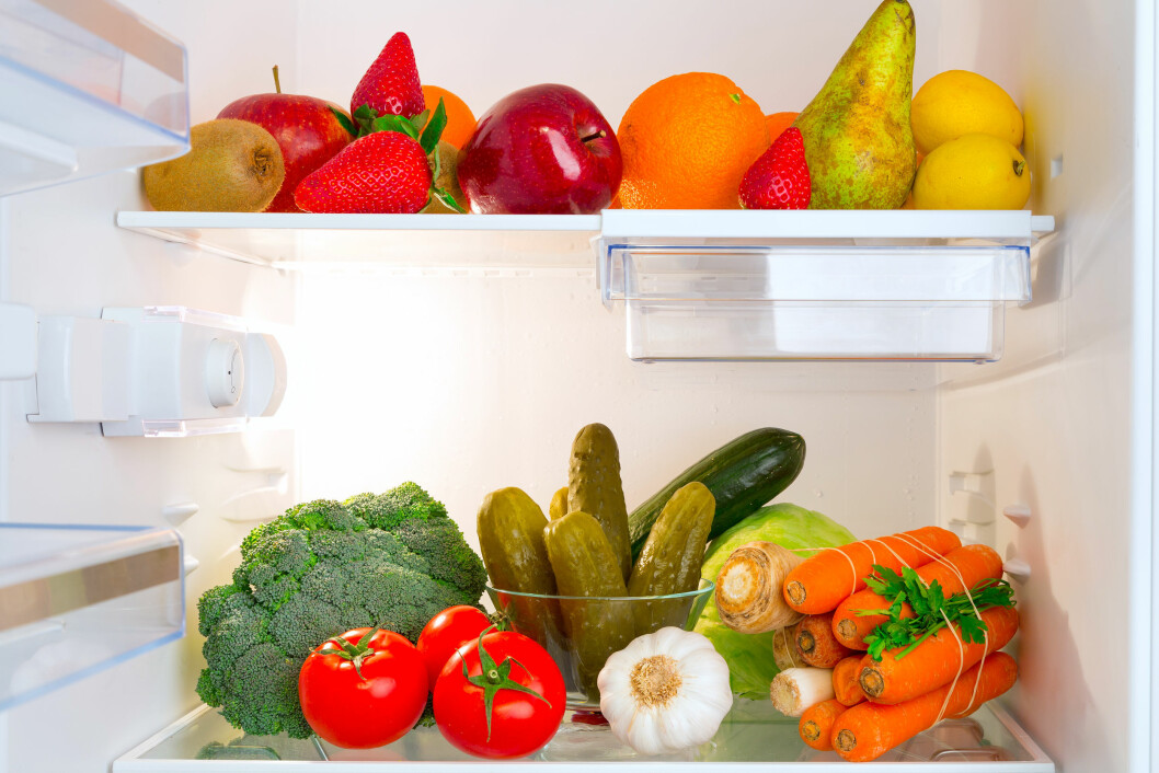 TA EN OPPRYDNING I GRØNNSAKSSKUFFEN: Sannsynligheten er stor for at det ligger noe her som egentlig ikke burde oppbevares i kjøleskapet - for eksempel tomat, vannmelon, løk og hvitløk. Foto: Patryk Kosmider - Fotolia