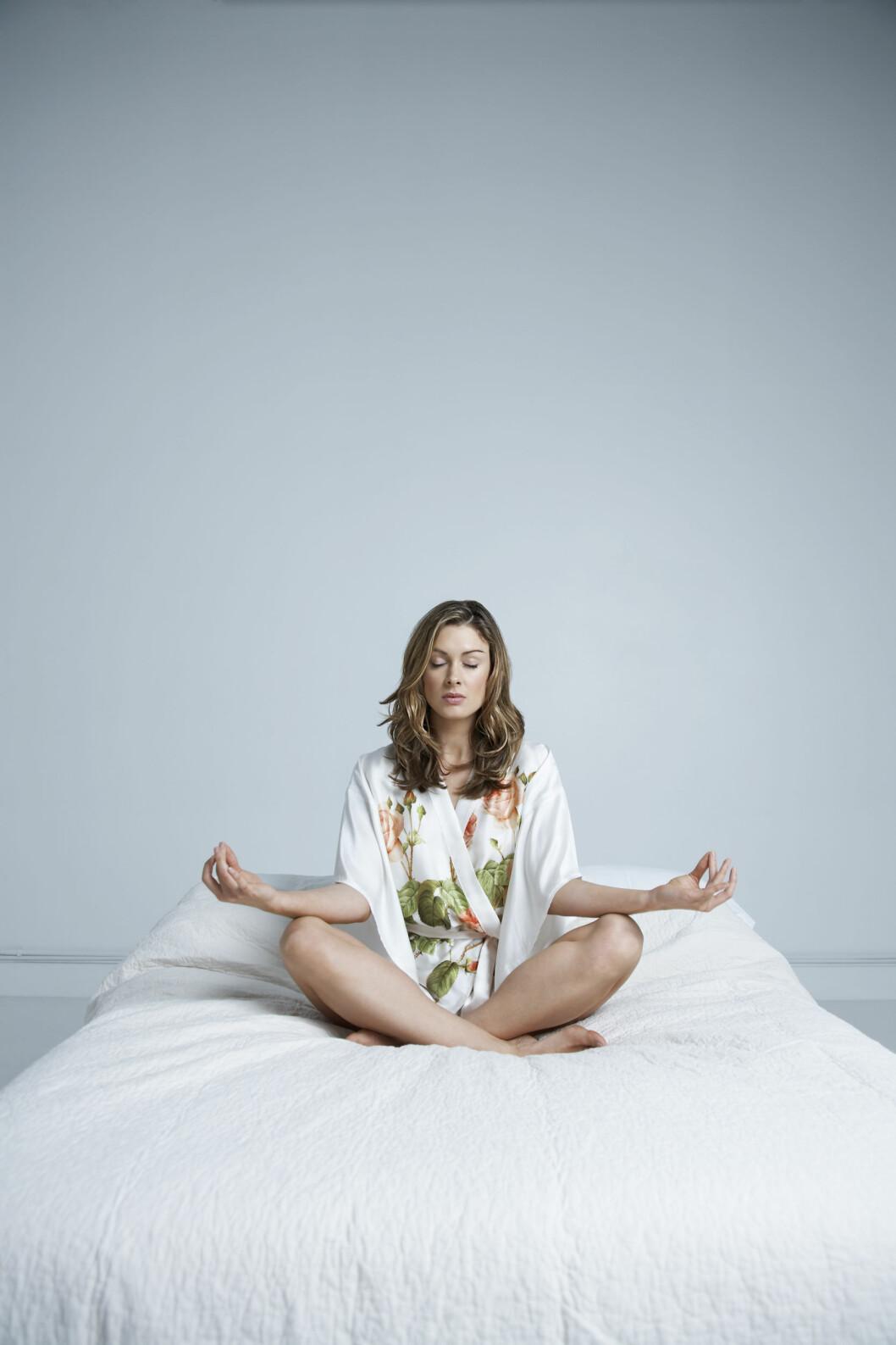 STRESS NED: Sliter du med mye stress kan dette ha en negativ effekt på vekten din. Ta deg tid til avspennende øvelser som meditasjon, og å lytte til pusten din. Foto: REX/JONATHAN FORD / Mood Board/All Over Press