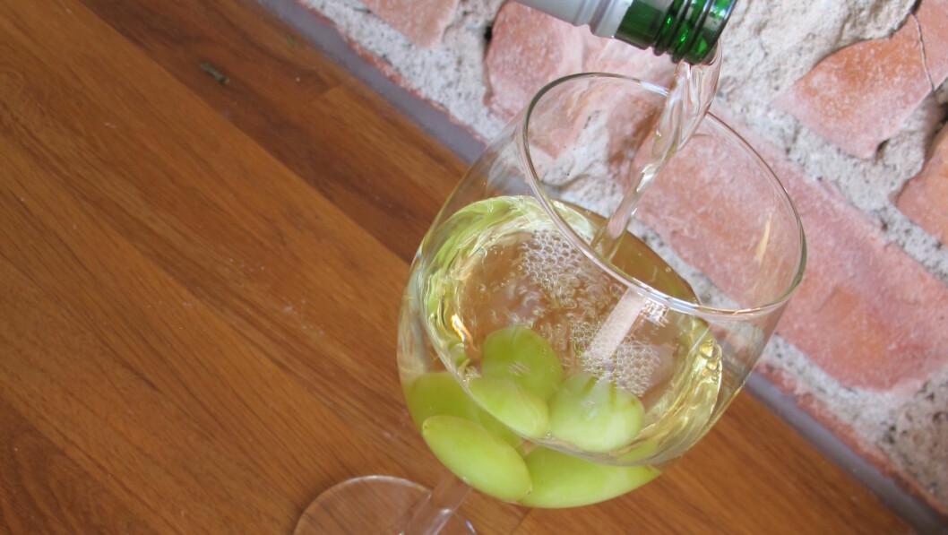 SMART: Frosne druer i vinglasset holder temperaturen kald. Foto: Stine Okkelmo
