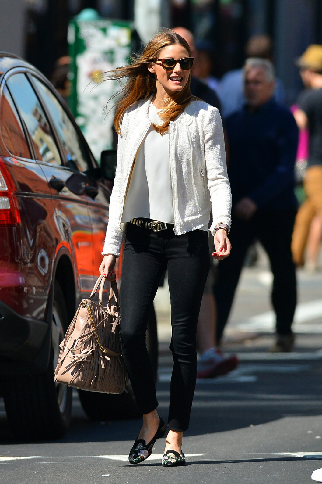 JAKKEN RETTER FOKUS MOT MIDJEN: Stilikon Olivoia Palermo inspirerer oss bestandig - her har hun stylet sorte jeans med en tynn silketopp, et rocka belte og en hvit kort jakke, som gir henne mer midje. De flate skoene, solbrillene og frynsevesken gjør antrekket enda mer spennende. Foto: PacificCoastNews/All Over Press