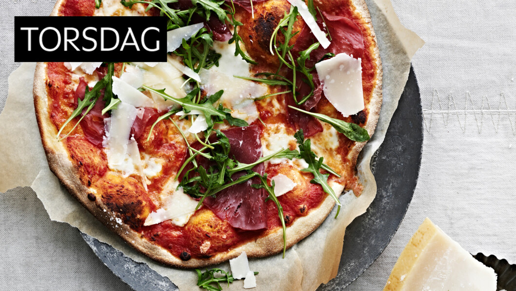TORSDAGSPIZZA: Denne spennende pizzaen vil være til glede for hele familien! Foto: Anders Schønnemann