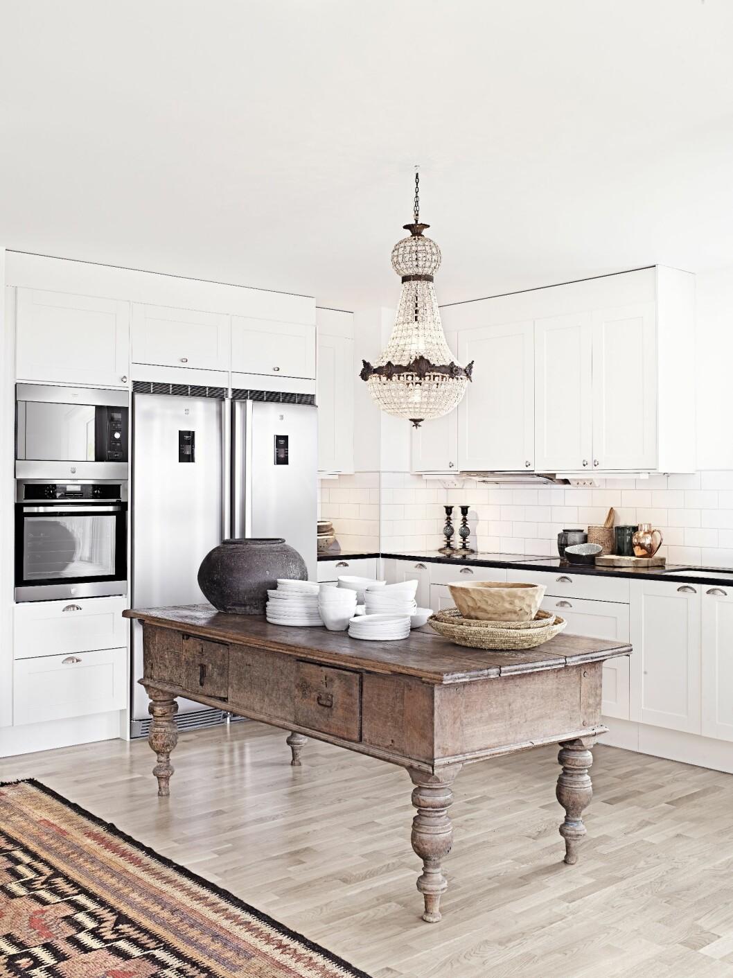 STILIG VRI: Hvem sier at du ikke kan bruke et nydelig, gammelt bord som kjøkkenøy? Foto: All Over Press Norway