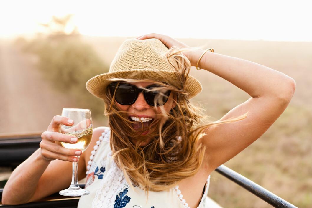 HALVFULLT GLASS: Det gjelder å nyte øyeblikket! Som et glass vin på en helt vanlig tirsdag. Verdt å glede seg over - og glemt var den kjipe dagen på jobb! Foto: Jordan Lutes/Corbis/All Over