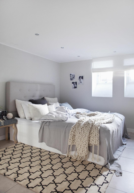 SELVLAGD ER VELLAGD: - Det verste som finnes er å sove trangt, så vi lagde sengen selv. Så stor vi hadde plass til. Gavlen er fra Ikea.  Foto: All Over Press Norway