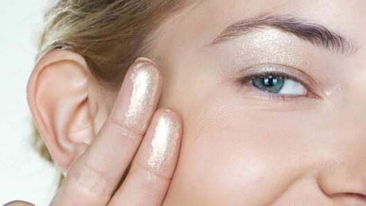 <strong>GULL OG CHAMPAGNE:</strong> Velger du en kremskygge i gull eller champagne, kan du fint bruke den som highlighter også på kinnbeina og neseryggen, sier makeupartisten. Foto: Astrid Waller