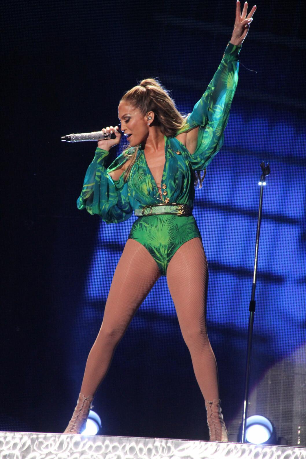 ENDA FREKKERE: Jennifer Lopez gjorde sceneantrekket enda frekkere ved å kaste skjørtet og kun stå igjen med en body. Foto: All Over Press