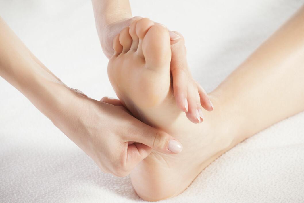 MASSASJE: Dersom du er plaget med kramper kan det å massere føttene jevnlig forebygge plagen.  Foto: arizanko - Fotolia