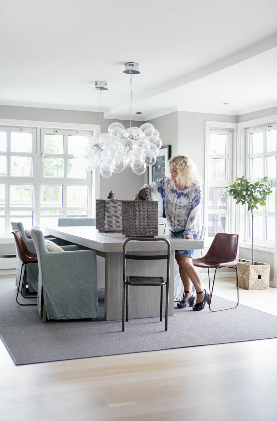SJEKK DEN'A: Den superstilige ballonglampen setter et fantastisk preg på spisebordet. Lampen fra Skeidar finnes ikke lenger, men Bolina har en som ligner veldig! Foto: All Over Press Norway
