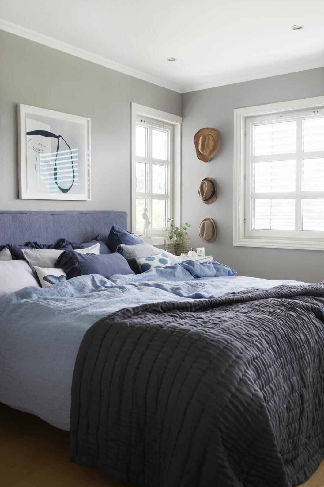 SOVEROMMET: I hovesoverommet er det kjølige blåfarger og seng fra Dux. Kunst av Magne Furuholmen. Foto: Yvonne Wilhelmsen