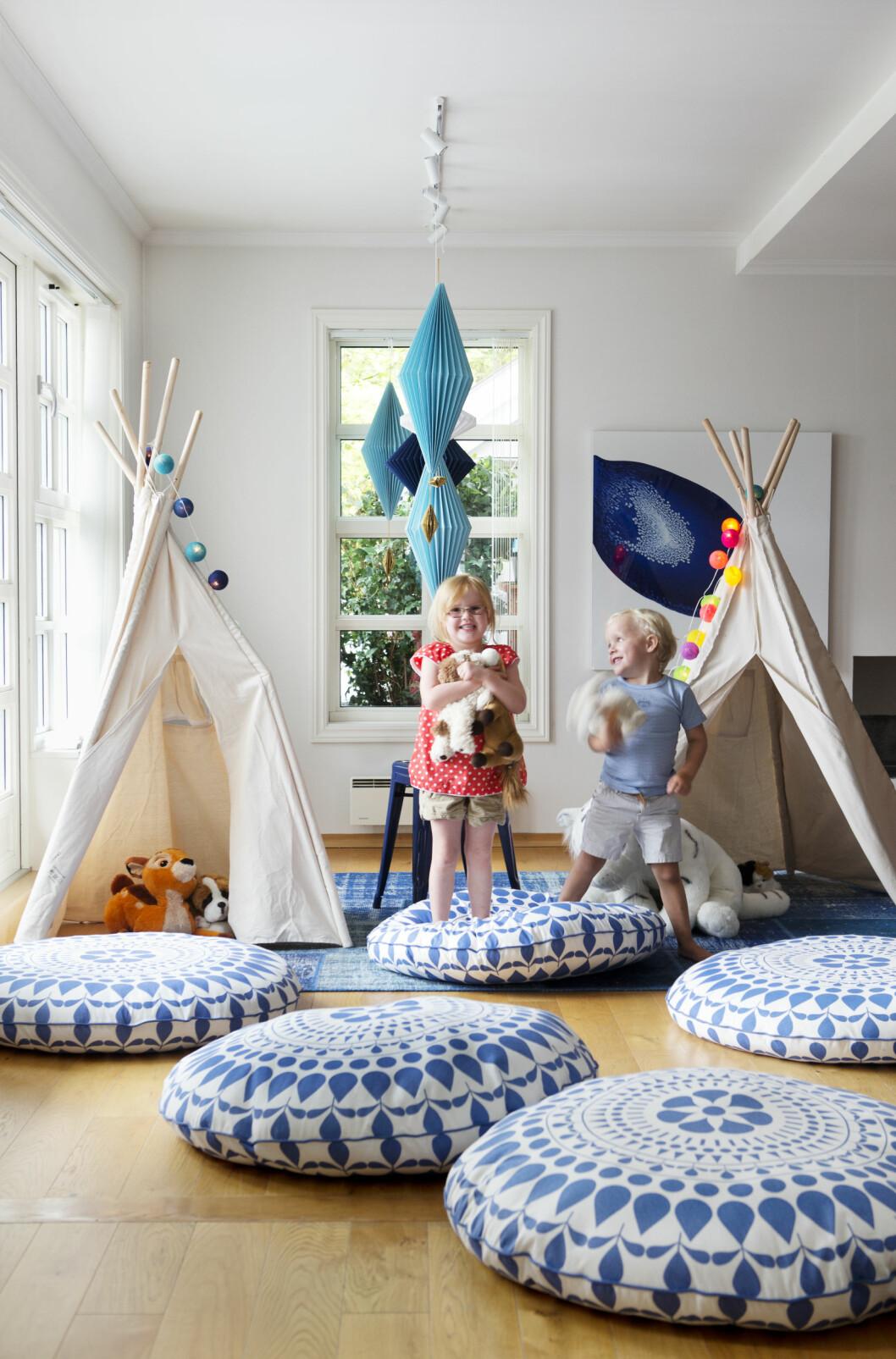 BARNESTUE: Mikkel og Marie på fem elsker å boltre seg i sin egen barnestue.  Foto: Yvonne Wilhelmsen