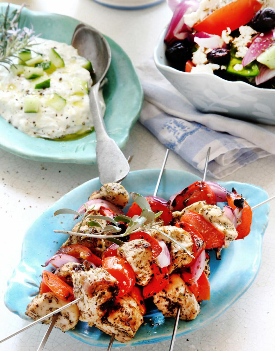 Kyllingspyd med tzatziki og gresk salat