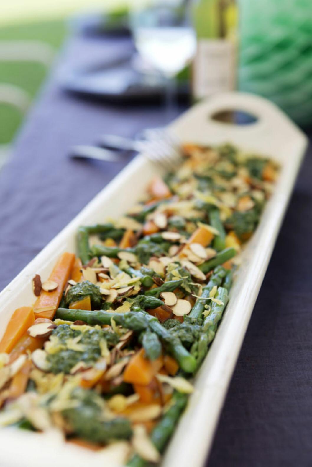 SJEKK DEN SALATEN: Gulrot- og aspargessalat med ristede mandler er midt i blinken for sommerfesten! Foto: Yvonne Wilhelmsen
