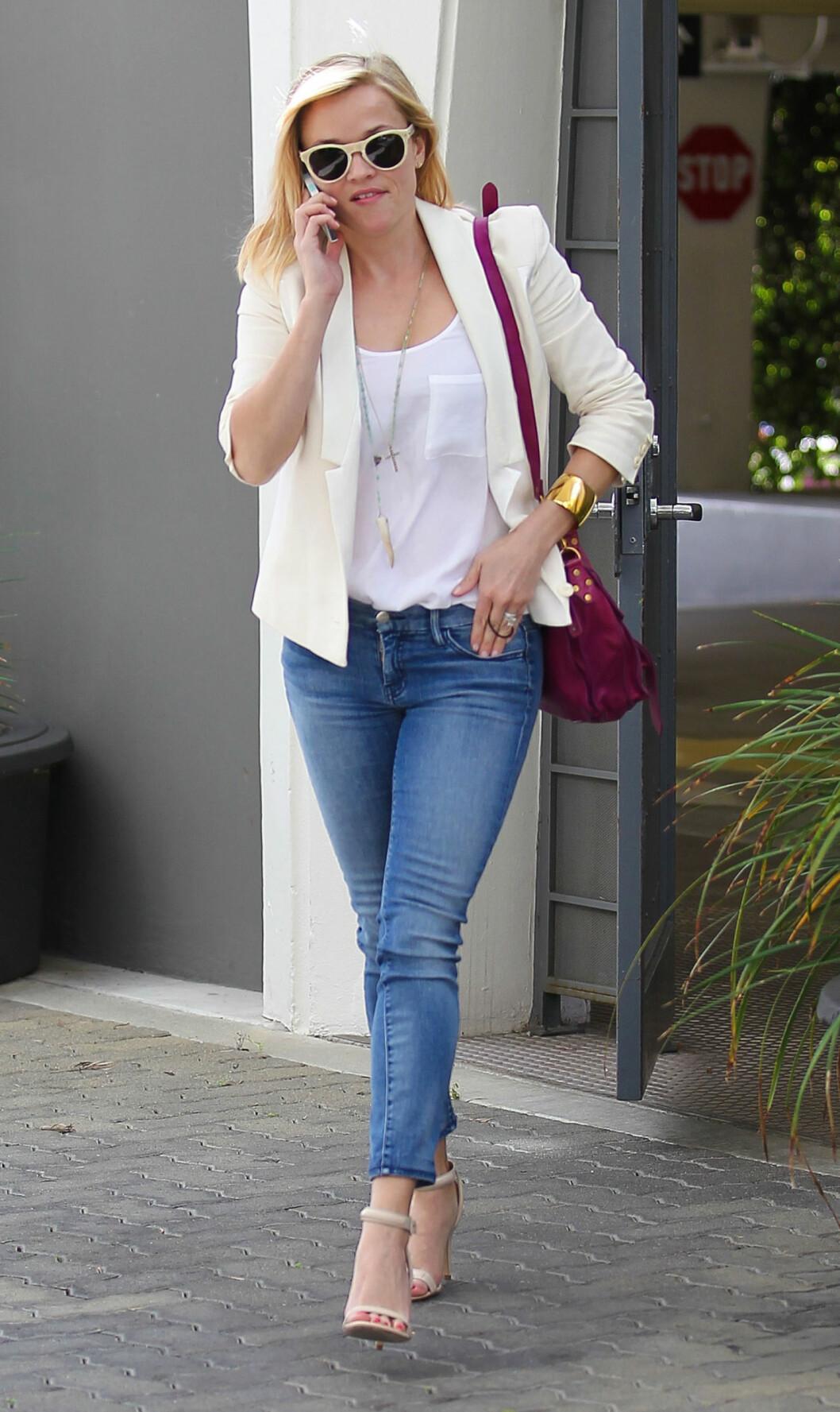 FEMININ: Hollywoodstjerne og Oscar-vinner Reese Witherspoon ser smashing ut i jeans, hvit t-skjorte og hvit smokinginspirert blazer.  Foto:  All Over Press