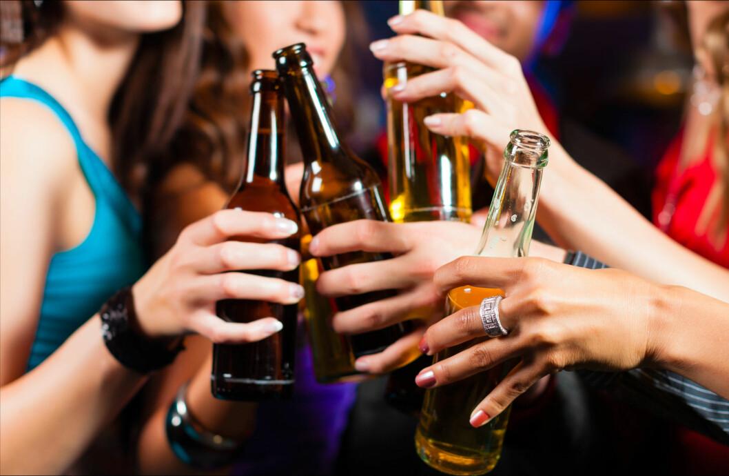 SLIPPER EN DEL HEMNINGER: Når vi drikker har vi en tendens til å slippe alle hemninger og gjøre det som faller oss inn der og da. Derfor ender mange opp med å spise mye potetgull og snop på forset før de senere tar seg litt fet nattmat på vei hjem.