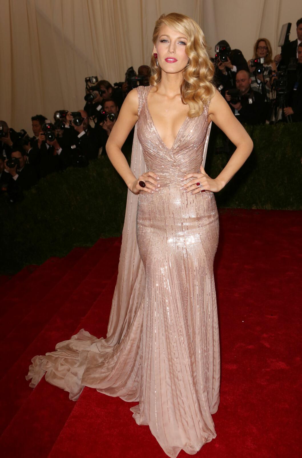 MET-GALLA: Blake Lively viste frem sine kvinnelige former i en ettersittende og utringet Gucci-kjole på årets Met-galla. Foto: All Over Pres