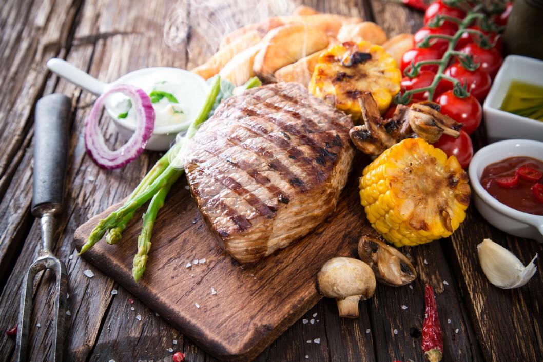 GRILLING: Stek maten på lav temperatur - det er nemlig mye sunnere. Foto: Kesu - Fotolia