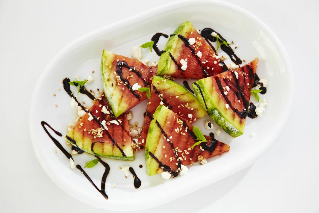 FRUKT PÅ GRILLEN: Frukt, som vannmelon, på grillen er supergodt, enkelt og sunt.