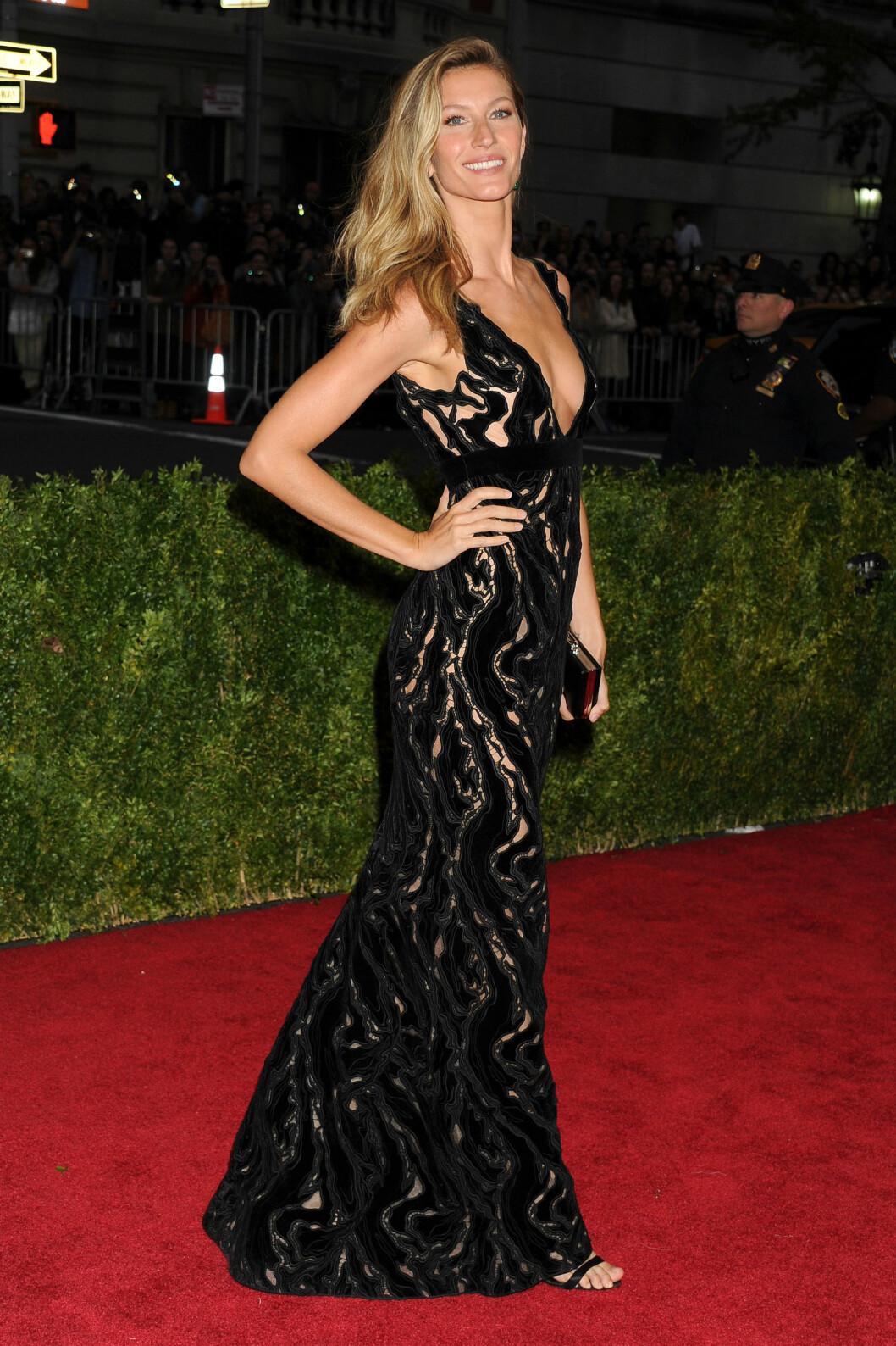 GISELE BUNDCHEN: Supermodellen så fantastisk ut i sin Balenciaga-kjole, og hun gjorde helt rett i å holde tilbehøret enkelt og håret og makeupen naturlig. Foto: All Over Press