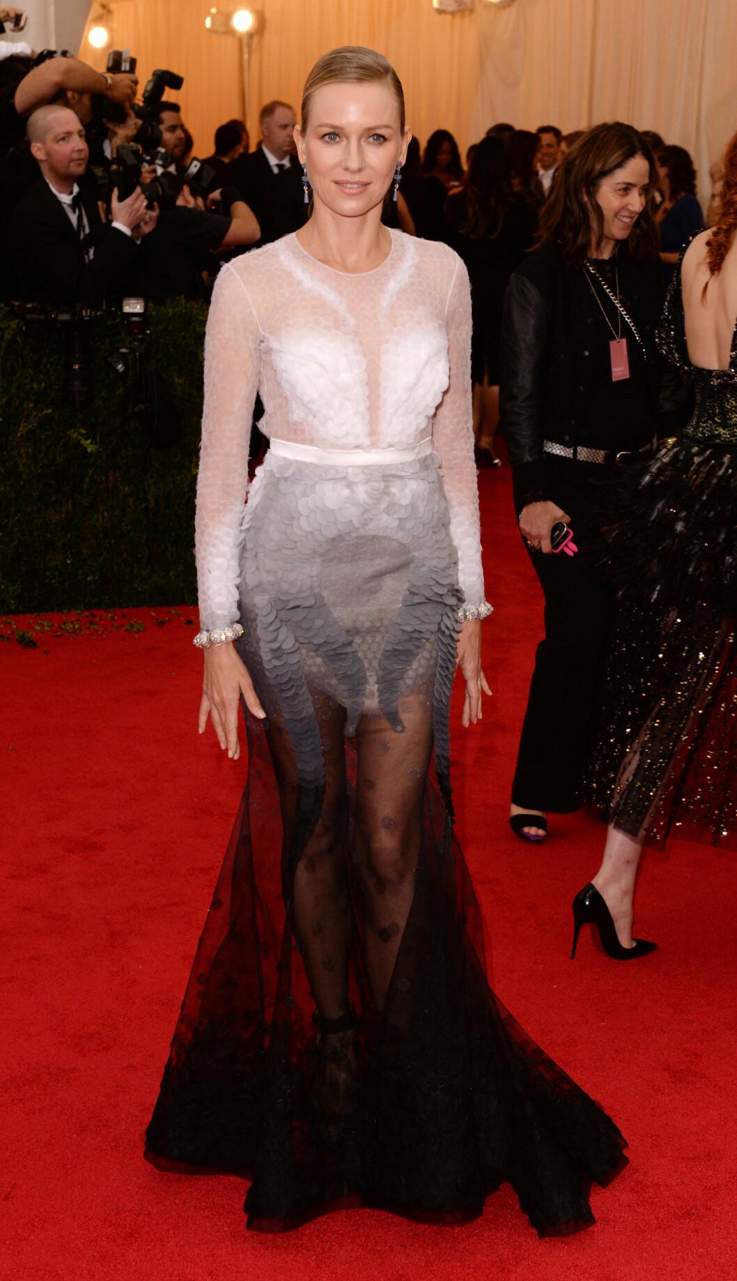 NAOMI WATTS: 45-åringen gikk for en transparent kjole fra Givenchy, og kjolen satt som et skudd! Den fremhever både den smale midjen og viste frem de lekre bena hennes på en kledelig og elegant måte. Foto: All Over Press
