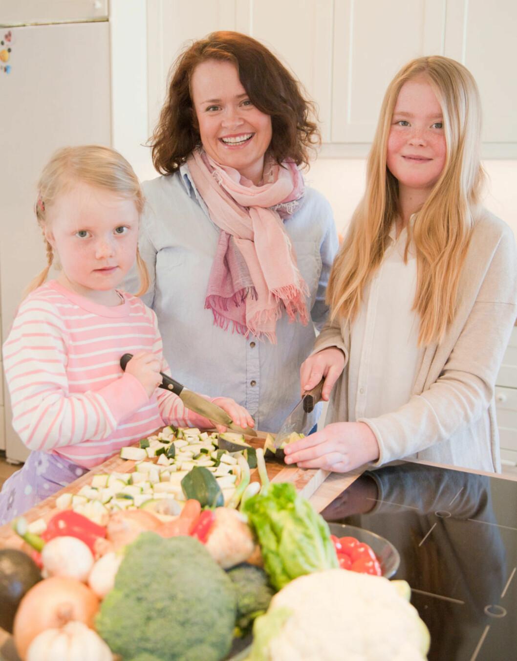 SPISER SUNT: Pia Cecilie engasjerer gjerne barna  Ragnhild (12), Tomine (5) og Johannes (7) på kjøkkenet. Sønnen var ikke hjemme da bildet ble tatt.