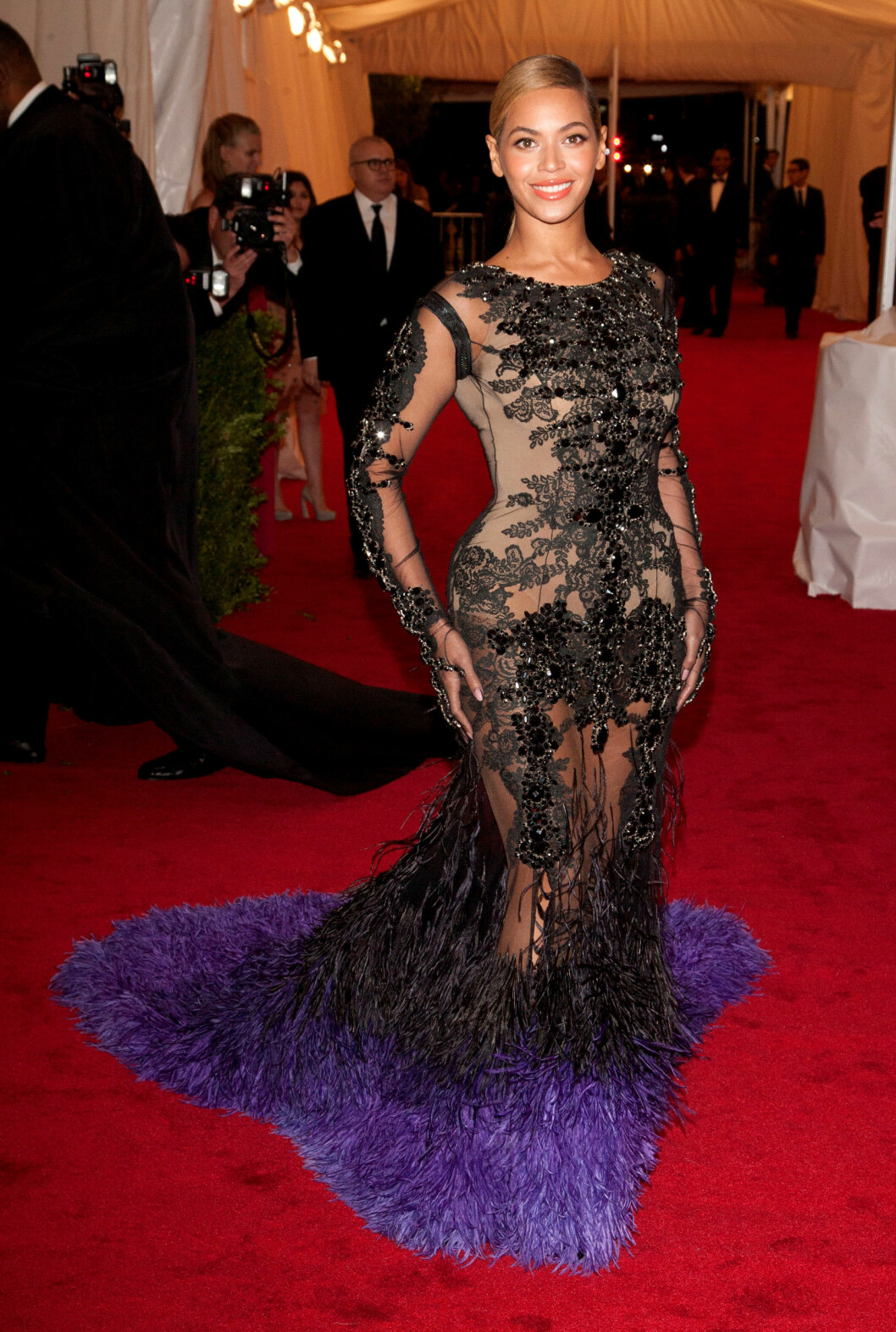 <strong>BEYONCE:</strong> Vi glemmer aldri Beyonces antrekk fra 2012. Den sorte og lilla kjolen med fjær og transparent stoff er signert Givenchy. Foto: All Over Press