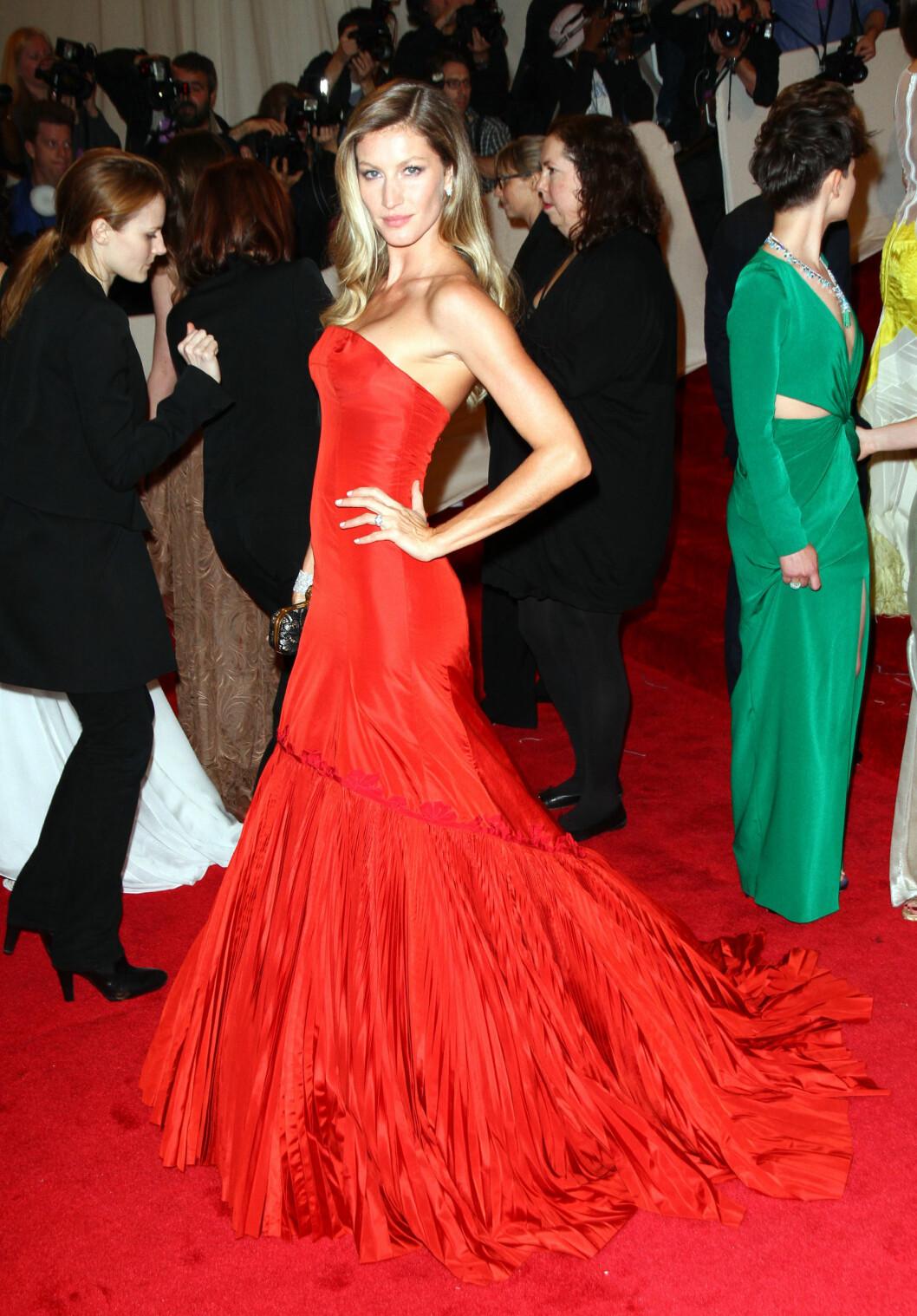 <strong>GISELE BUNDCHEN:</strong> Supermodellen så ultraglamorøs og sexy ut i sin røde kreasjon fra Alexander McQueen i 2011. Foto: All Over Press
