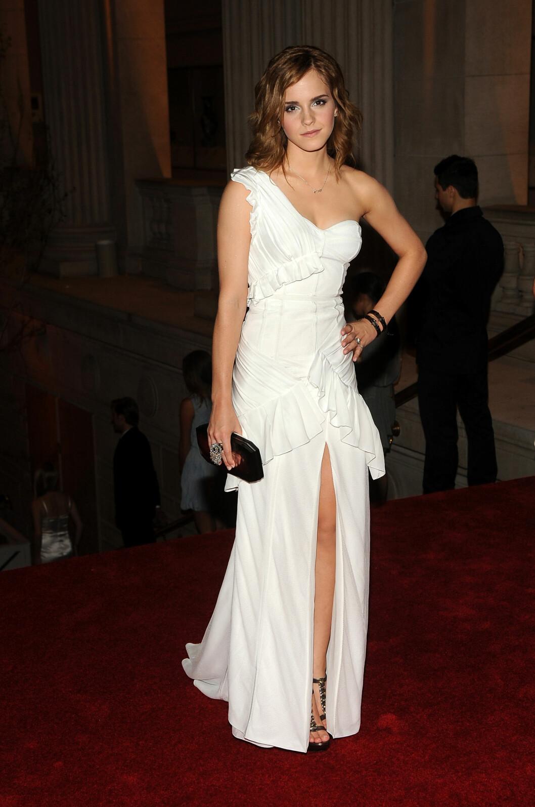 <strong>EMMA WATSON:</strong> Skuespillerinnen så både yndig og sexy ut i sin kjole i 2010. Den hvite, asymmetriske kreasjonen med volanger er fra britiske Burberry. Foto: All Over Press
