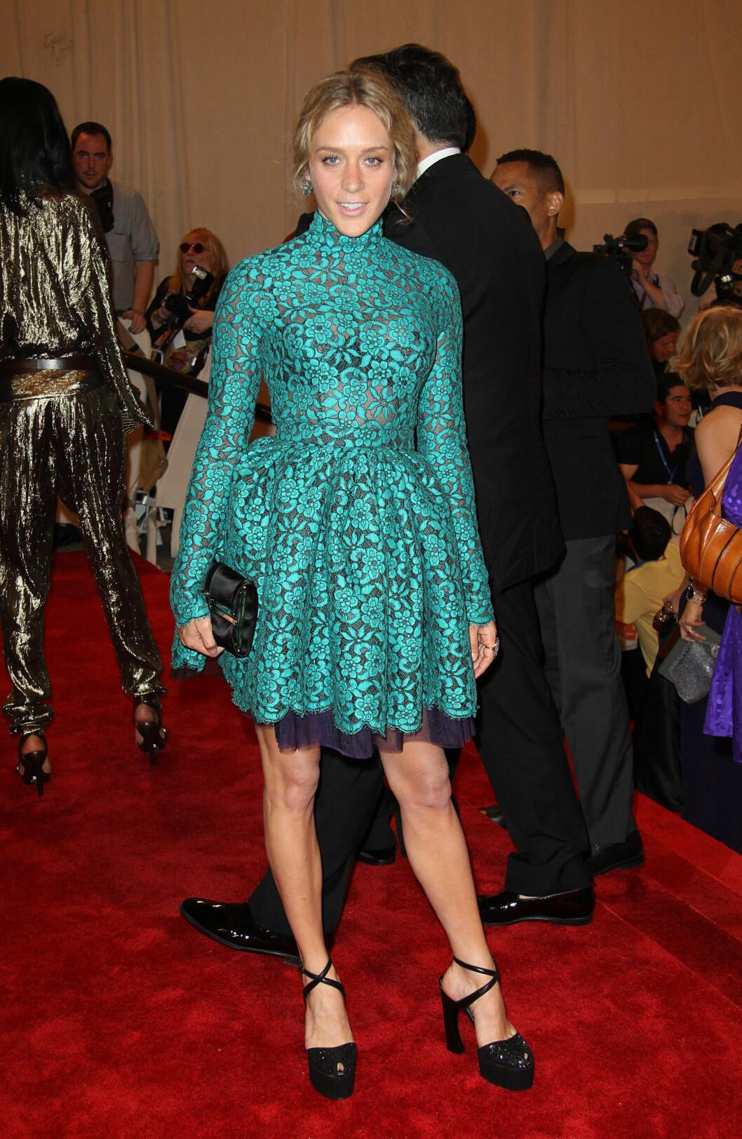 <strong>CHLOË SEVIGNY:</strong> Det å velge en kort kjole når nesten alle andre bærer fotside gallakjoler er vågalt, men Chloë ser fantastisk ut i sin grønne og korte variant fra Proenza Schouler fra 2010. Foto: All Over Press