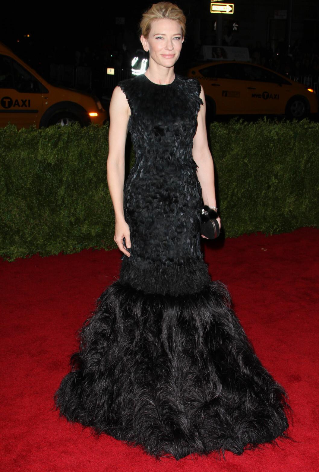 <strong>CATE BLANCHETT:</strong> Den dramatiske og glamorøse kjolen fra Alexander McQueen kler Blanchett svært godt, og gjør henne akkurat passe rocka. Foto: All Over Press