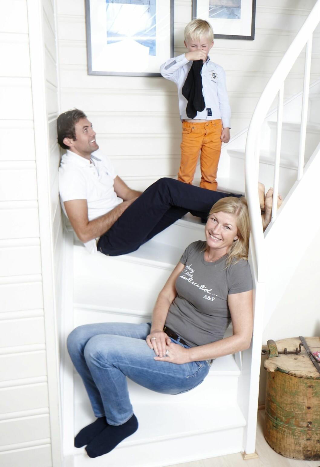 UNNGÅR KRANGLENE: Katja (45) og Carl-Fredrik Eckbo Røøk (34) har vært sammen i ni år, men lar seg fortsatt irritere over små ting i hverdagen - som sokker.   Foto: Geir Dokken