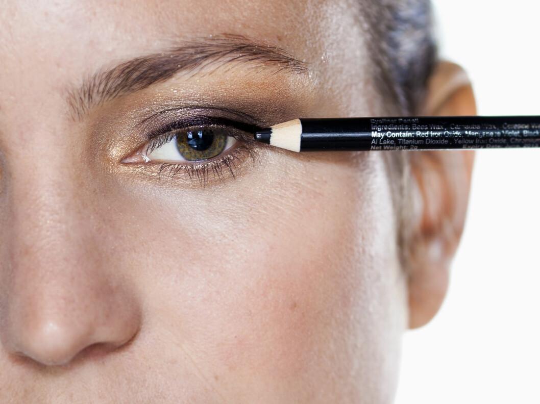 EYELINER: Du trenger slettes ikke å legge en så markert eyeliner som her for å gi vippene en fyldigere lukk. Det holder lenge å punktmarkere helt inntil vipperoten.  Foto: Astrid Waller