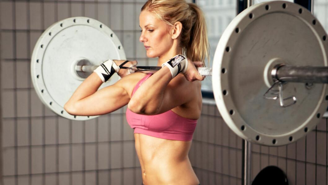 IKKE DROPP STYRKE: Faktisk er styrketrening helt sentralt, også når det gjelder fettforbrenning. Etter en odentlig økt kan etterforbrenningen faktisk fortsette i opp til 24 timer.  Foto: Ammentorp - Fotolia