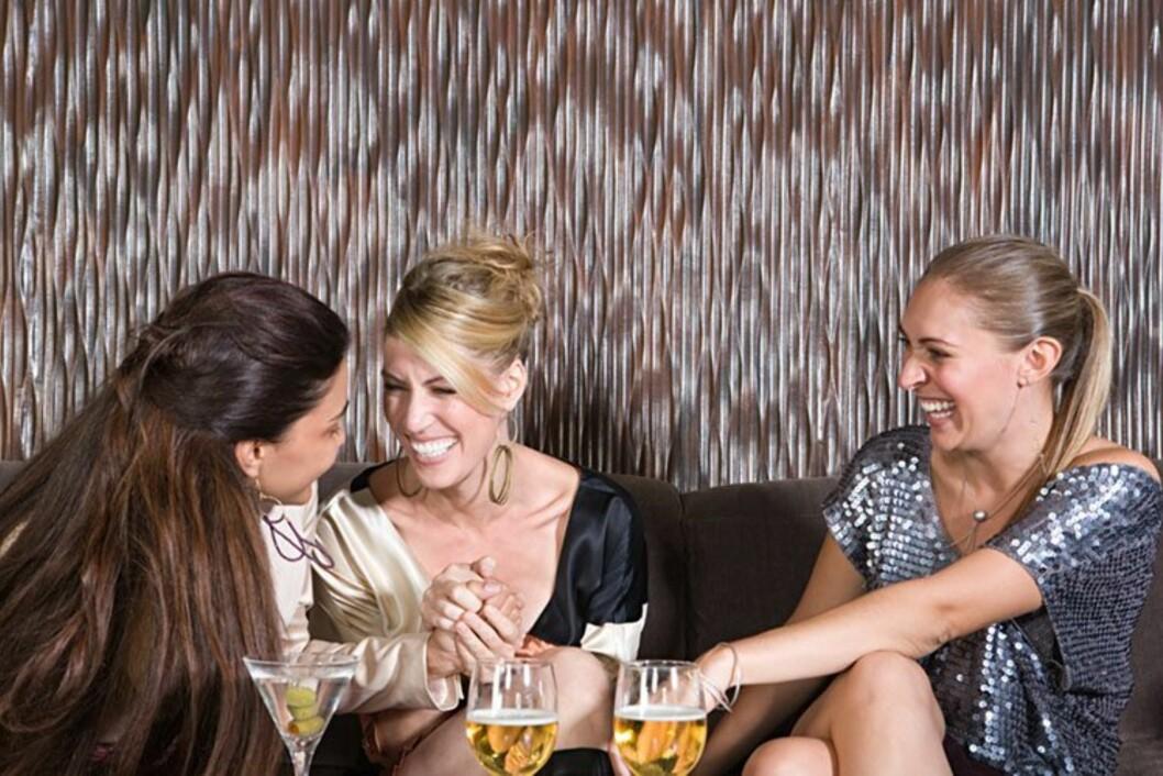 FULL FART: Alkohol er en naturlig del av manges sosiale liv, men det er viktig å ha kontroll på forbruket. Vet du hvor mye du drikker i uka? Foto: Colourbox