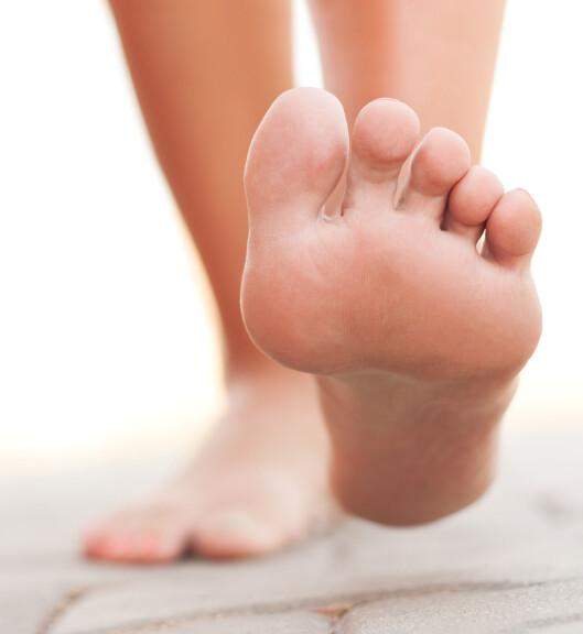 TØYE UT: Dersom du er flink til å tøye ut føttene og tærne dine jevnlig kan dette forebygge skade i bena.  Foto: Fotolia