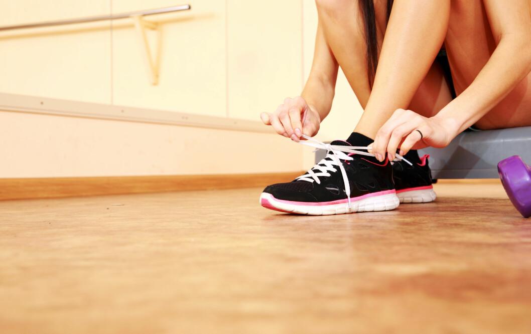 VELG RIKTIG SOKKER: Du svetter faktisk opp til en liter svette på føttene i løpet av dagen. Derfor er det veldig viktig at du velger riktige sokker.  Foto: vadymvdrobot - Fotolia