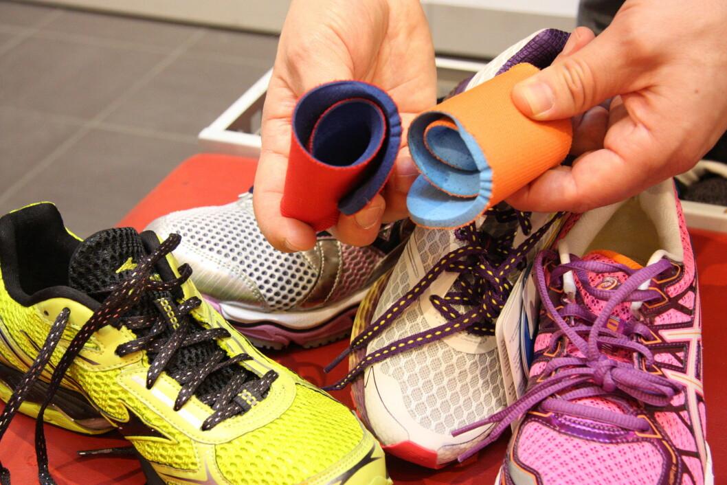 SJEKK FORSKJELLEN: Sålene som følger med i løpeskoene kan gjerne rulles sammen uten at sålen gjør noen motstand. Andre såler derimot har bedre kvalitet og gir bedre støtte til foten. FOTO: Tone Ruud Engen