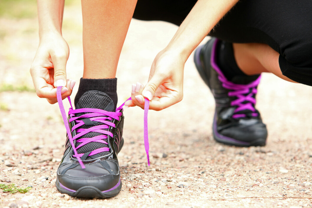 Sporty woman tying her shoelaces close up Foto: Sergejs Rahunoks - Fotolia