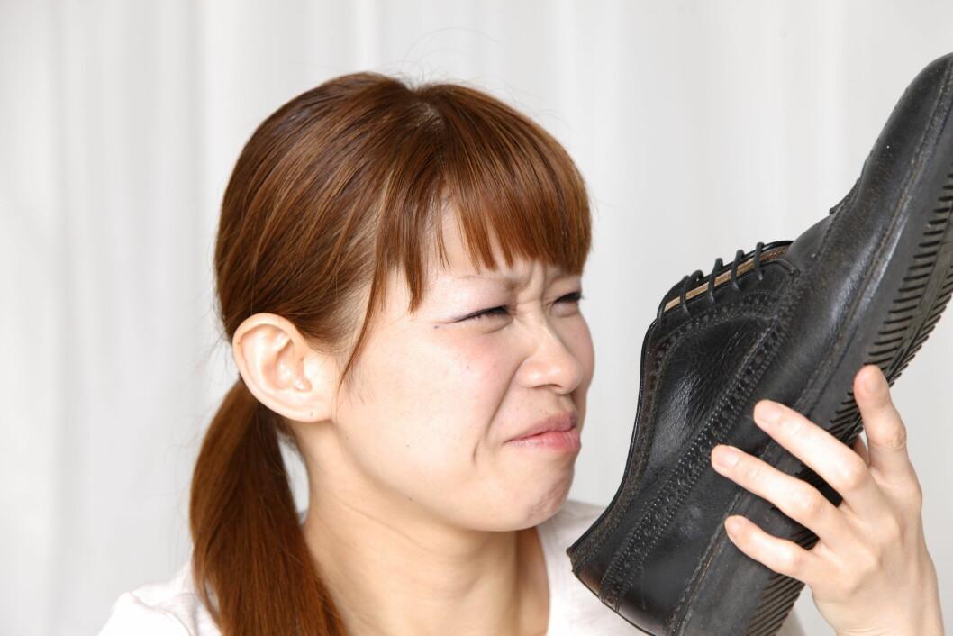 STINKER: Mye fotsvette kan raskt få skoene til å stinke. Særlig om du bruker sko som ikke puster, eller bruker de samme skoene hver dag. Foto: carla9 - Fotolia