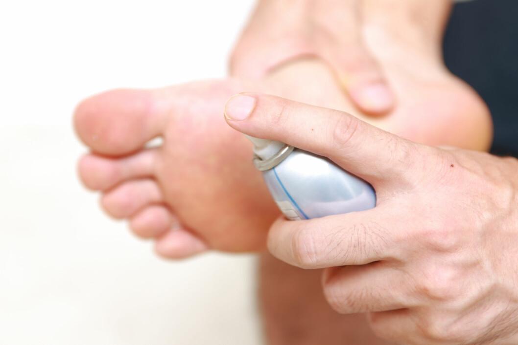 FOREBYGG: Det finnes fotdeodoranter som skal brukes under føttene, som hjelper mot fotsvette. Men du kan også bruke vanlige spraydeodoranter eller antiperspiranter. Foto: jedi-master - Fotolia