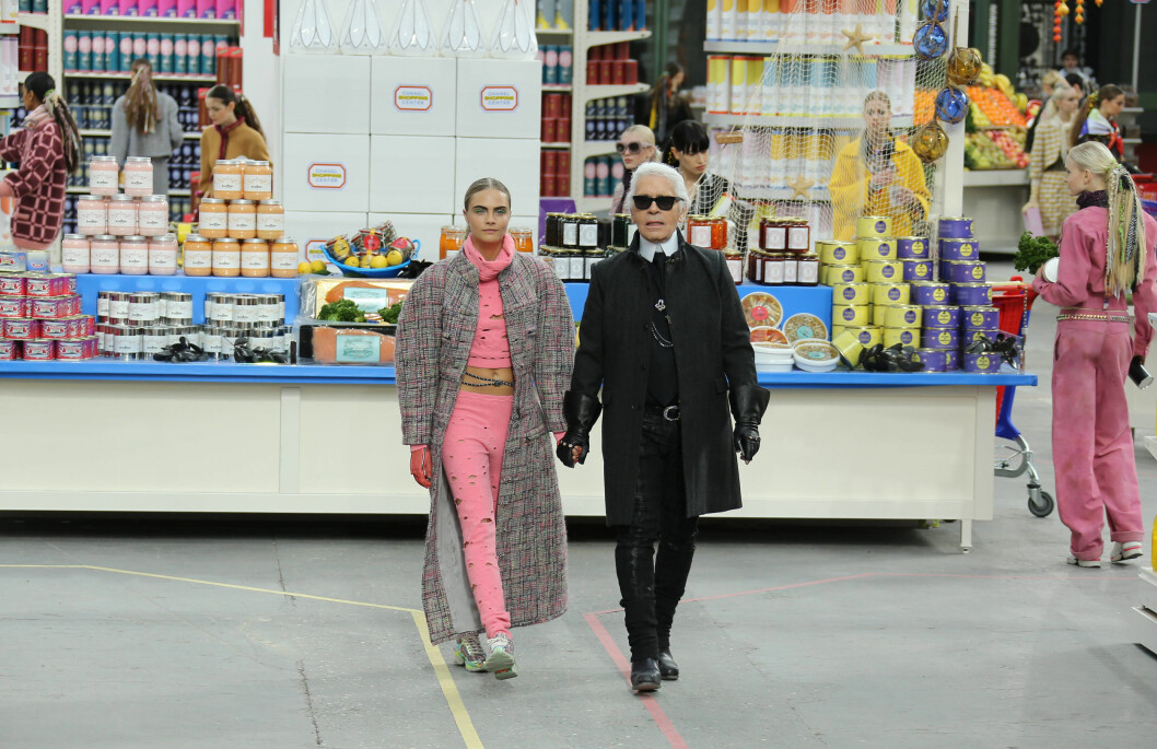 #WALKWITHKARL: Her ser du Chanels sjefdesigner, Karl Lagerfeld, hånd i hånd med modellen Cara Delevigne under motehuset siste catwalkshow. Foto: All Over Press