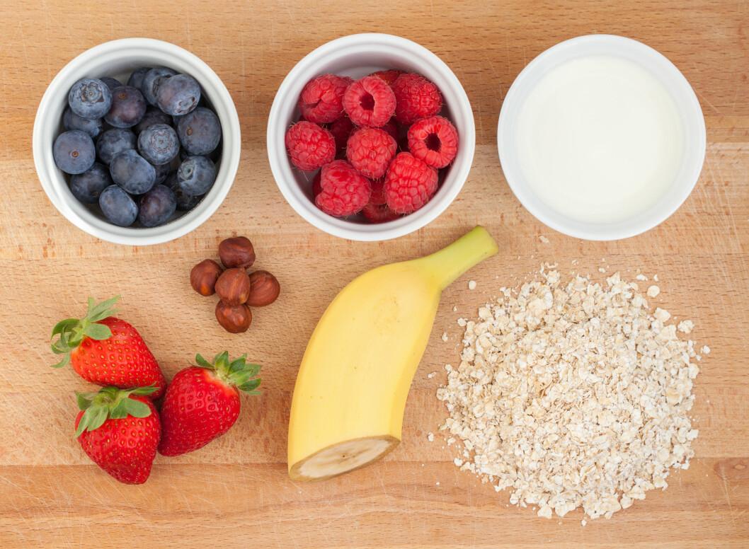 FRISKT: Havregrøt trenger absolutt ikke være et grått og kjedelig måltid. Ha i litt frukt, bær og nøtter før du serverer så har du en nydelig liten frokost. Foto: Jessmine - Fotolia