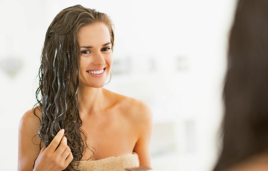 GIR FUKT: En god hårkur som gir masse fukt er nødvendig nå når det er kald og tørr luft ute og varm og tørr luft inne. Vinterklimaet tørker ofte ut håret, og da er en god fuktmaske på sin plass.  Foto: Alliance - Fotolia